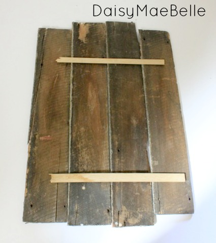 How to Make a Barn Wood and Moss Sign @ DaisyMaeBelle