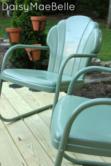 How to Paint Metal Chairs @ DaisyMaeBelle